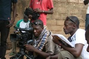 Inoussa Kaboré (en blanc) en plein tournage